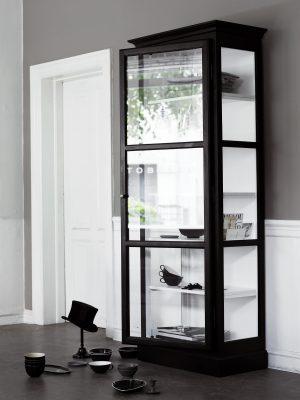 Billede af Lindebjerg Design Classic V1 Sort vitrineskab i et sandfarvet rum med interiør