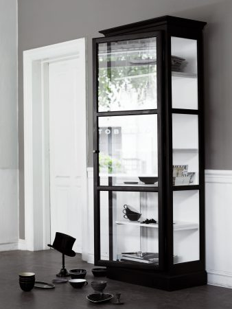 Image of Lindebjerg Design Classic V1 Black vitrine Cabinet in a sand coloured room with interior