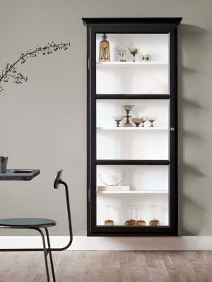 Billede af Lindebjerg Design Classic V4 Sort vitrineskab i et sandfarvet rum med interiør