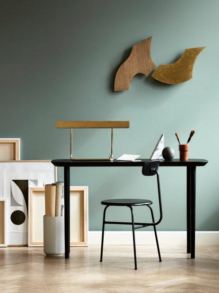 Billede af Lindebjerg Design Dark Oak T70 bord i et koralfarvet rum med interiør