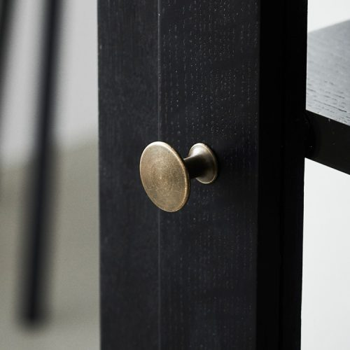 Close up image of Lindebjerg Design Dark Oak Vitrine Cabinet door knop