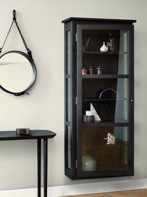 Billede af Lindebjerg Design Dark Oak N4 vitrineskab i et sandfarvet rum med interiør