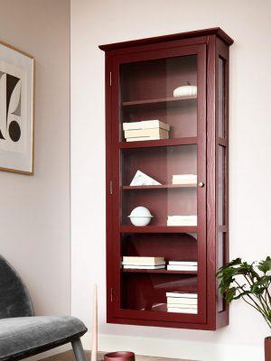 Billede af Lindebjerg Design Color N4 vitrineskab i en rosafarvet stue med interiør