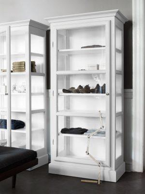 Billede af Lindebjerg Design Classic V3 hvid vitrineskabe i et grå farvet rum med interiør