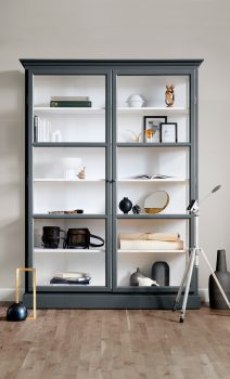 Image of Lindebjerg Design Classic V2 Anthracite vitrine Cabinet in a beige colored room with interior