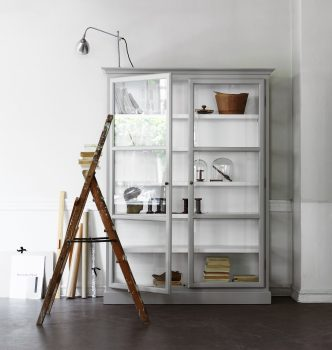 Image of Lindebjerg Design Classic V2 White vitrine Cabinet in a white colored room with interior