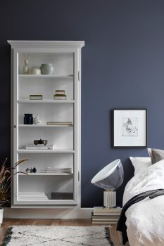 Image of Lindebjerg Design Classic V4 white vitrine Cabinet in a royal blue colored room with interior